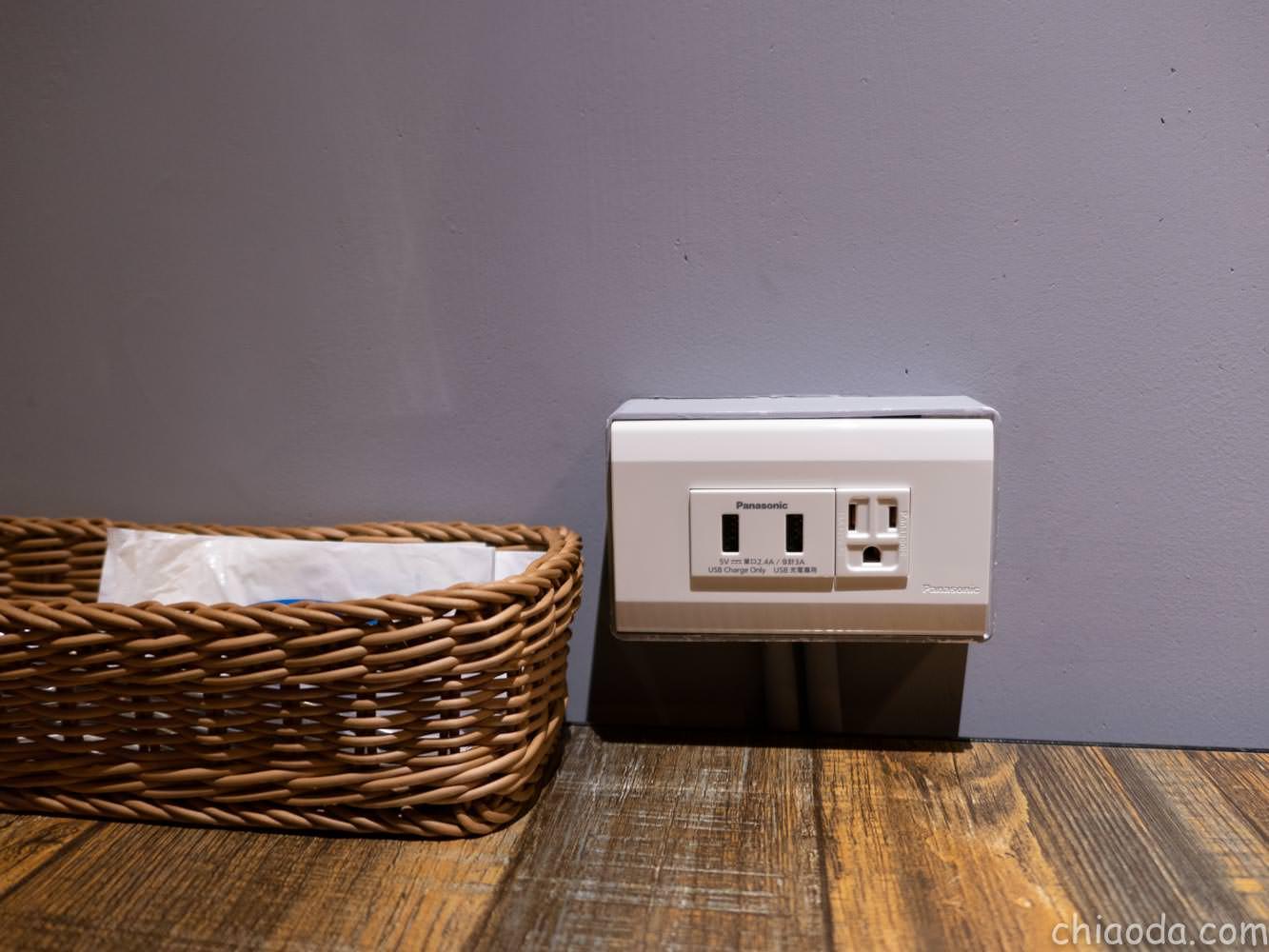 沐皇餐酒館 每桌提供充電插座