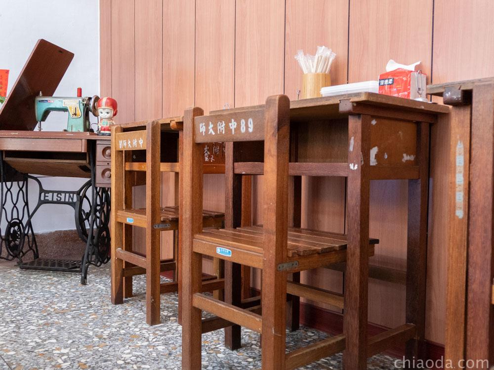 玖伍涼麵 內用座位 國小課桌椅