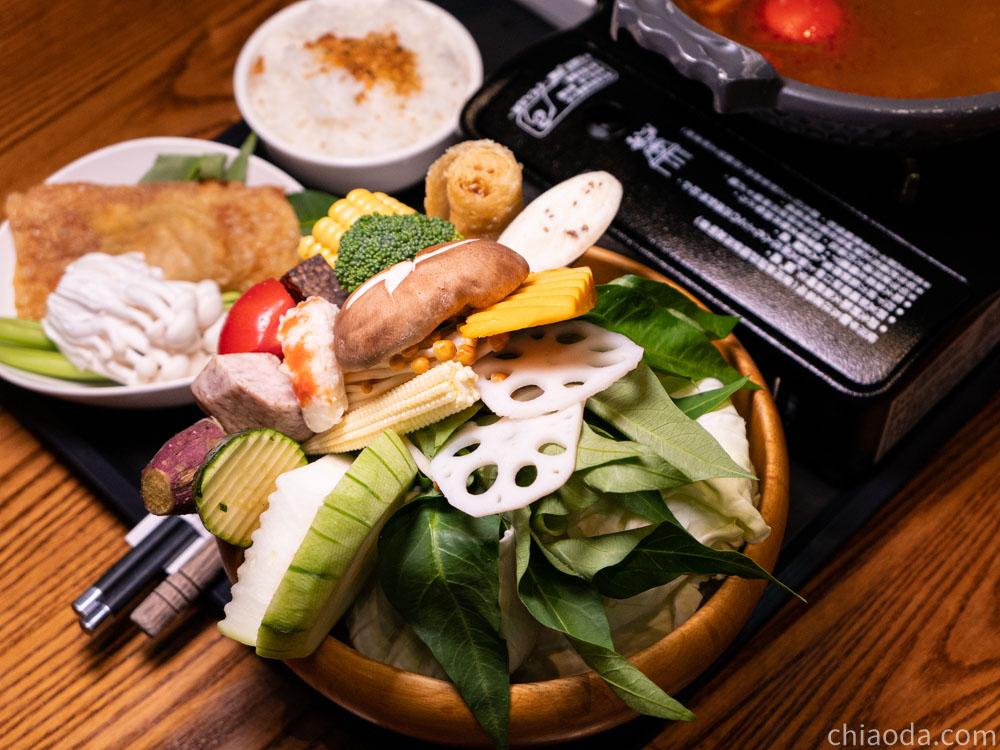熱浪島 泰式酸辣火鍋 豐富蔬菜盤