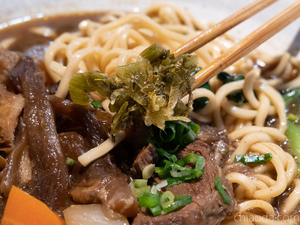 台中火車站美食街 鐵鹿大街 藍心儀牛肉麵 酸菜